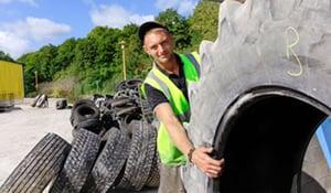 pneus agricoles bloquent les bâches d'ensilage